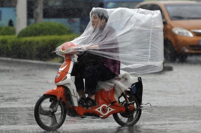 cu motocicleta pe ploaie