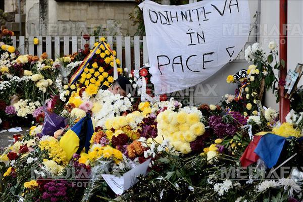 Mii de bucuresteni depun flori, lumanari si se roaga la locul in care a avut loc incendiul de la clubul Colectiv, in urma caruia si-au pierdut viata 30 de persoane si peste 180 au fost ranite, luni, 2 noiembrie 2015. MIHAI DASCALESCU / MEDIAFAX FOTO
