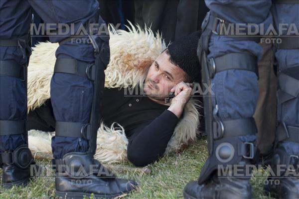 Un cioban sta intins in fata cordonului de jandarmi desfasurat in fata cladirii Parlamentului din Bucuresti. Aproape 4000 de oieri au protestat, marti 15 Decembrie 2015, in Piata Constitutiei, ca urmare a modificarilor anuntate la Legea Vanatorii. ALEXANDRU DOBRE / MEDIAFAX FOTO