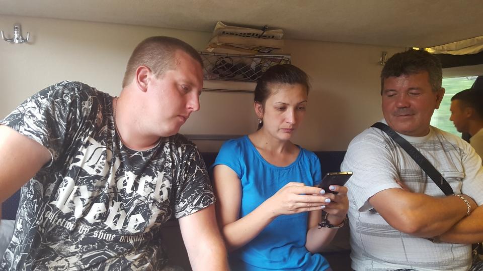 Bielorusul, fata si soferul de TIR comunicand cu mine prin google translate