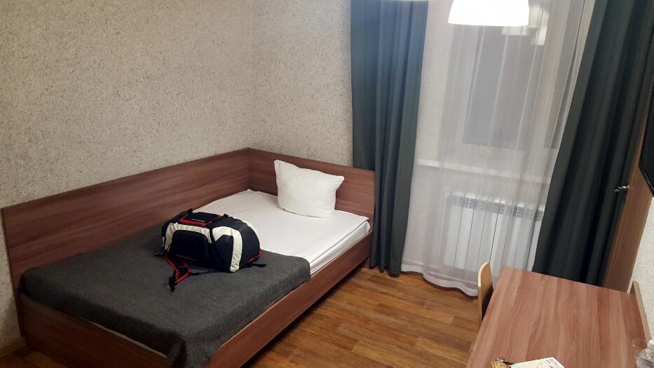 Camera de hotel, patul care nu se bâțâie