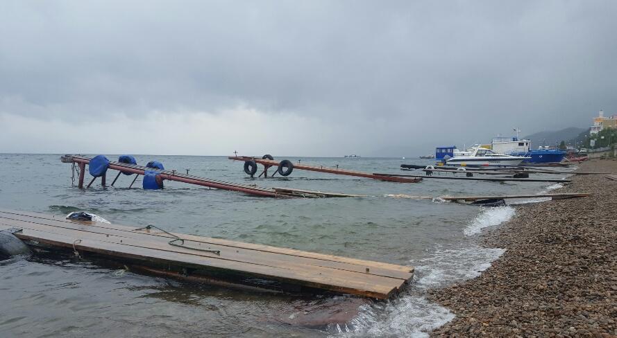 Plouă de rupe peste Lacul Baikal