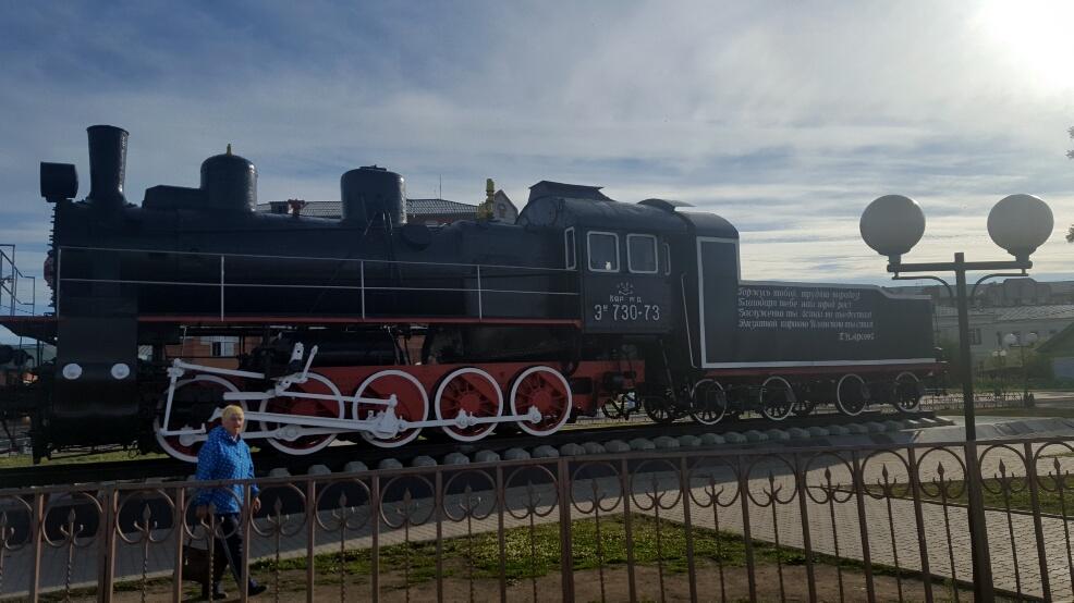 De cand am intrat in Siberia, aproape fiecare statie are cate o locomotiva vintage trasa pe dreapta