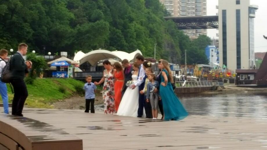O mireasă veselă, chiar dacă-i plouă la nuntă