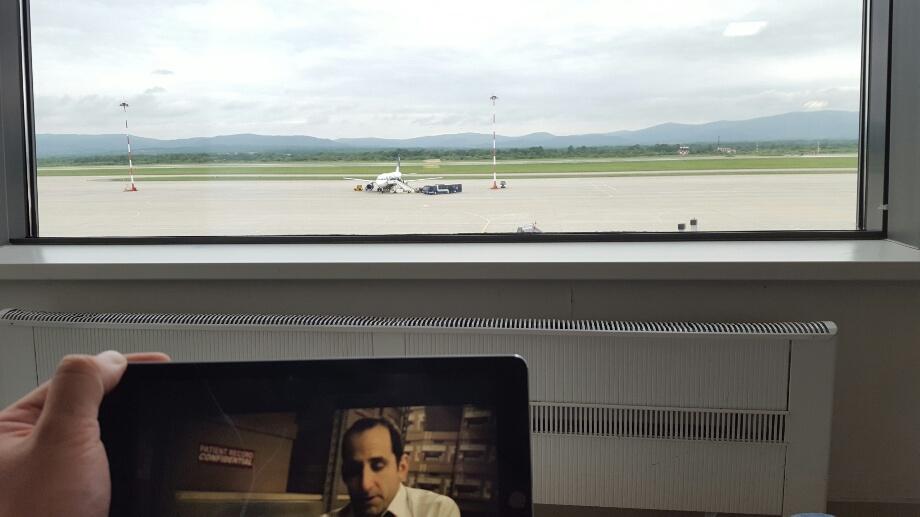 Taub din House, în asteptarea avionului care trebuie sa aterizeze de la Moscova
