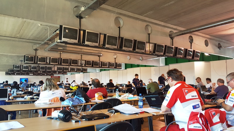 In sala media jurnalistii muncesc alaturi de ofiterii de presa din MotoGP