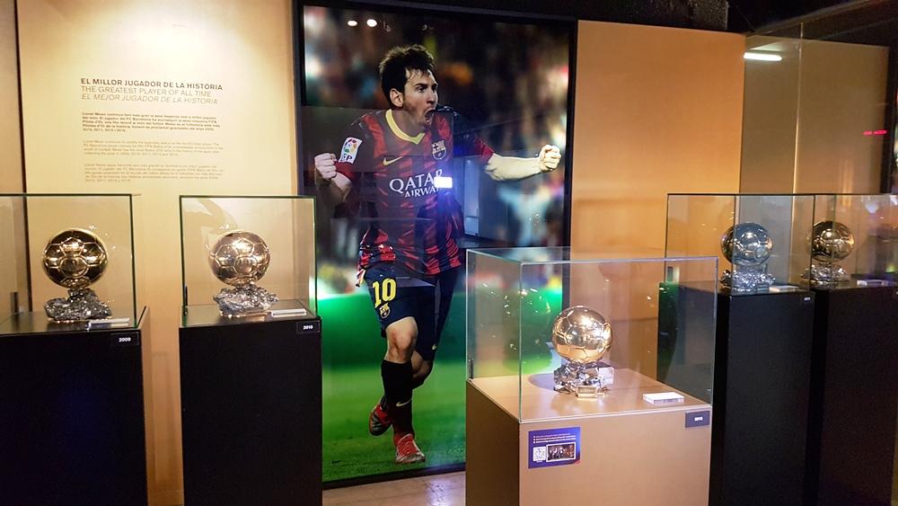 """""""Altarul lui Messi"""", așa i se spune zonei în care sunt expuse Baloanele de Aur"""