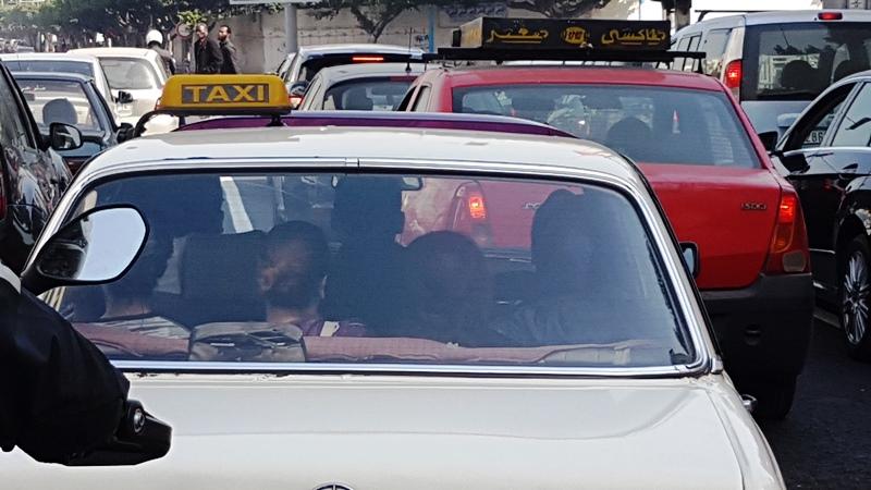 Șapte oameni într-un taxi