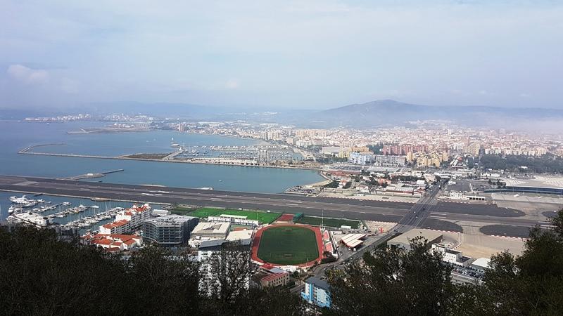 Stadionul și aeroportul, de pe Gibraltar Rock